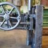 table_industrielle_fonte_ajustable_avec_engrenages_detail_mecanisme_engrenages